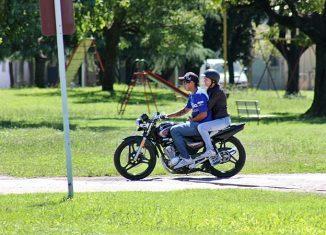 uso obligatorio casco para acompañantes