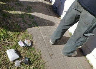Momento de la requisa al imputado. FOTO Brigada Vlll de Drogas Peligrosas.