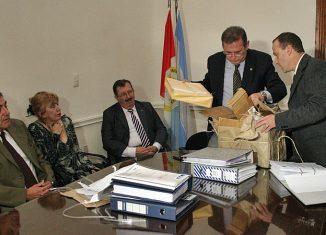 Los ministros Schneider y Cappiello abrieron las ofertas. FOTO Secretaría de Comunicación Social de la Pcia.
