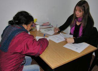 Celeste Miranda entregando uno de los cinco microcréditos.