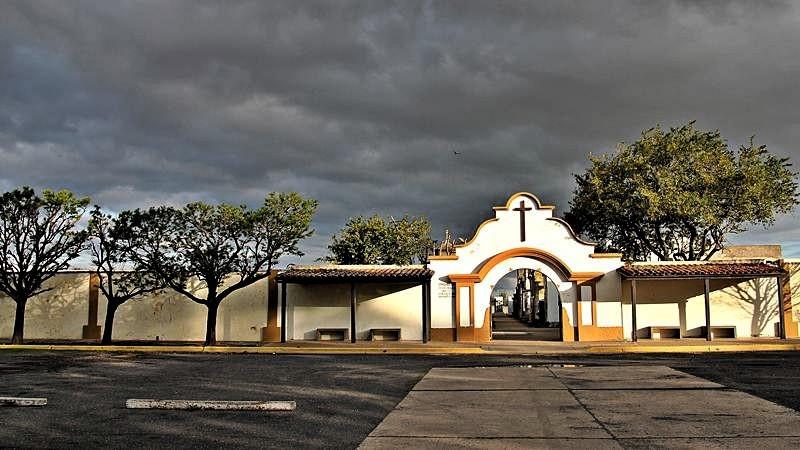 cementerio-entrada-bancos