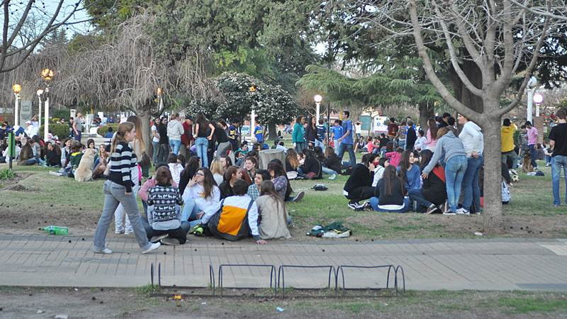 jovenes en la plaza