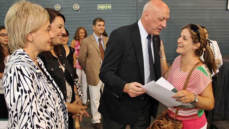 El gobernador Antonio Bonfatti y la ministra de Educación, Letizia Mengarelli, en el último acto de titularización, realizado en febrero de este año en la ciudad de Rosario.FOTO Secretaría de Comunicación Social de la Pcia.