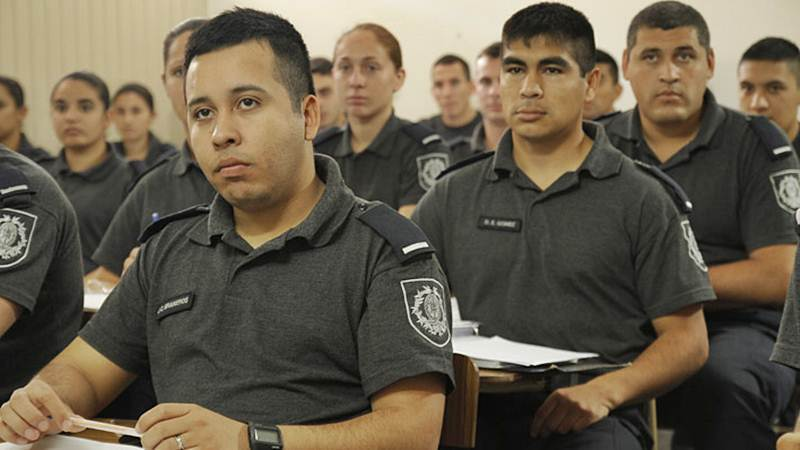 policias estudiando