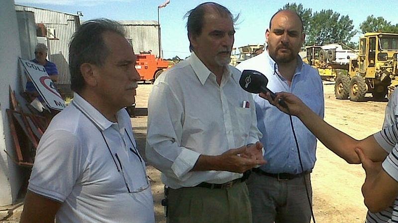 El administrador de Vialidad Provincial –junto con demás autoridades que participaron de la recorrida–, en diálogo con la prensa.
