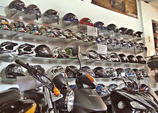 cascos exhibidos con motos