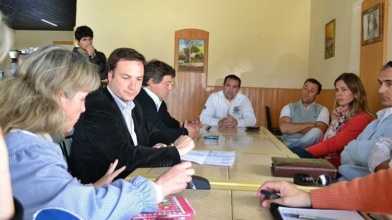 3- Gestiones para el jardín 69. Enrico y Artoni con representantes de la comunidad educativa de Teodelina