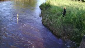 Buscan a un joven que cayó a un canal